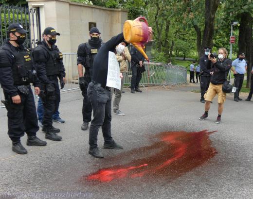 """Rozlévání """"krve"""" z krvavé konve u brány ruského velvyslanectví."""