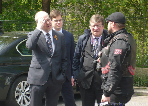 Zleva Alexej Kolmakov, Michael Labzin a Oleg Solodukhin během příjezdu Nočních vlků na Olšanské hřbitovy v roce 2017.