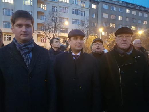 Andrej Viktorovič Končakov, Evgenij Nikolajevič Golokov a Alexandr Stepanov behem demonstrace před sochou maršála Koněva.