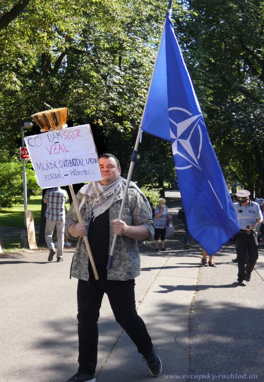 Demonstrant s vlajkou NATO