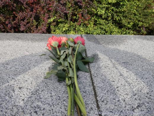 Květiny u piedestalu maršála Koněva byly brzy vyměněny za texty sprejerů.