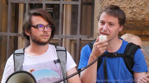 Michal Majzner (vpravo) a Ray Baseley (vlevo) zahajili protest řed sídlem KSČM.