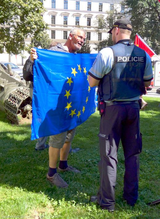 Policie legitimuje všechny přítomné na shromáždění.