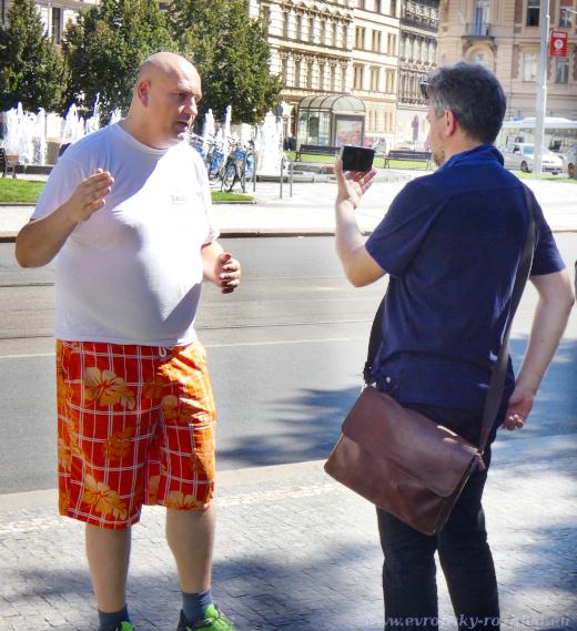 Na demonstraci přišel i zastupitel SPD pro Prahu 11 Robert Vašíček, ale držel se po celou dobu mimo dění a točil rozhovor s korespondentem Sputniku.