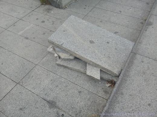 Z některých desek si mládež postavila překážkovou jízdní dráhu.
