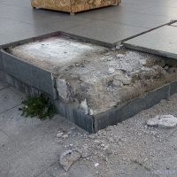 Mramorové bloky Koněvova podstavce byly rozkradeny a poškozeny