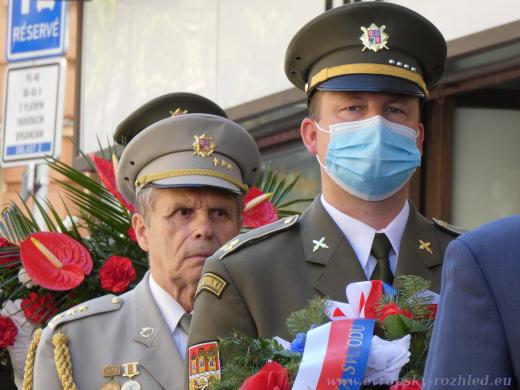 Zástupci Armády České republiky se pietní ceremonie před Českým rozhlasem zúčastnili v rouškách.