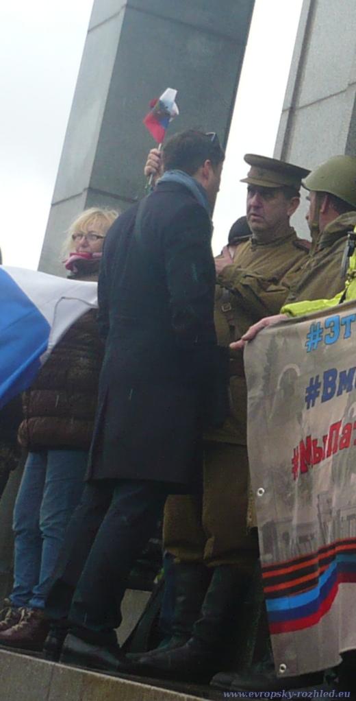Muž doprovázející ruského velvyslance mluví se slovenským aktivistou Jánem Lenickým.