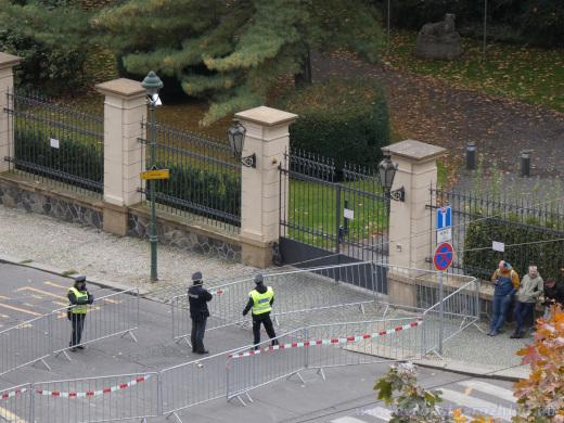 Plotové zátarasy u Úřadu vlády