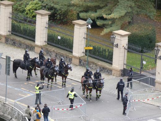 Jízdní policie vyráží na protesty od Úřadu vlády