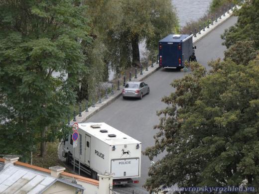 Stanoviště jízdní policie za budovou Úřadu vlády