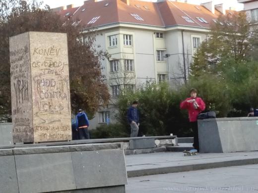 Podstavec maršála Ivana Stěpanoviče Koněva se stal místem setkání mladých skateboardistů.