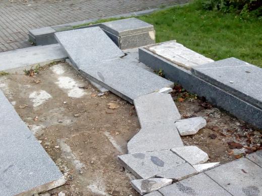 Skateboardová dráha vybudovaná z mramorových desek podstavce.