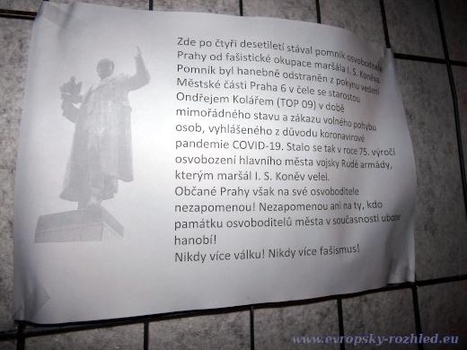 Zastánci ponechání památníku na náměstí Interbrigády rozmístili na plot texty.