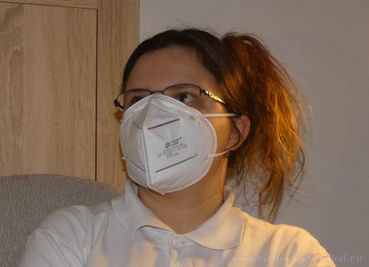 Doporučený FFP3 respirátor bez ventilku by měl chránit jeho nositele před koronavirem, ale i jeho okolí. Přesto takto nasazený respirátor nechrání, nebot není plynotěsně usazen na obličeji. Výdechový ventilek sice nemá, ale vydechovaný vzduch uniká, především v okolí lícnic, do okolí. Není tak chráněno ani okolí.