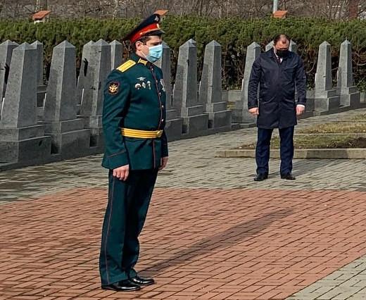Vojenský ataché Viktor Viktorovič Buďjak během piety na Olšanských hřbitovech, 23. února 2021 (zdroj: Facebook)