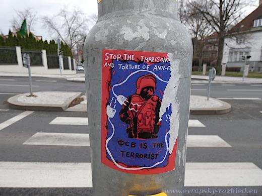 """Minulý rok v okolí ambasády vylepovali nálepky anarchisté, kteří nesouhlasili s vězněním svých ruských kamarádů, Viktorem Filinkovem a Juliem Boyaršinovem, z ruské Sítě. Text na nálepce zní: """"Zastavte věznění a mučení antifašistů. FSB jsou teroristé."""""""