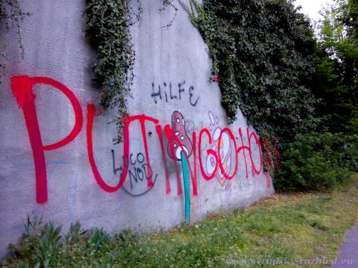 Další nápis u zdi zrušeného hřbitova.