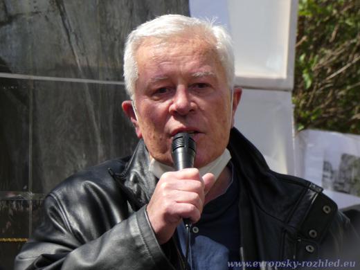 Komunistický představitel Josef Skála považuje kauzy ricin a novičok za ptákovinu a zastupitele Prahy 6 za grázly.