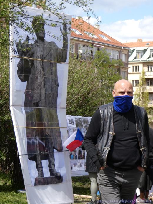 Papírový Koněv v životní velikosti na náměstí Interbrigády.