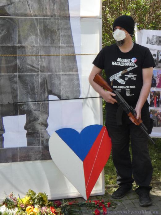 Jiří Štěch s replikou kalašikova AK-47.