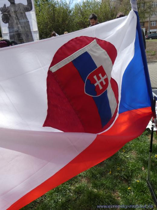 Vlajka u stolečku s propagačními materiály.