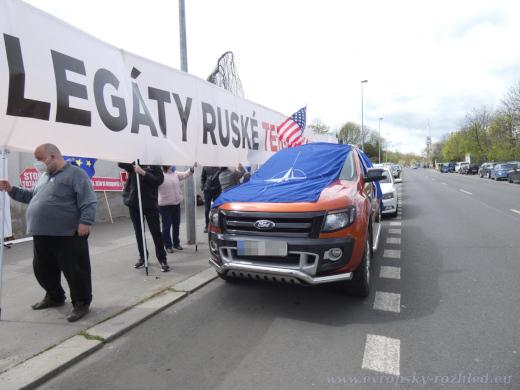 Odpůrci si přinesli vlajky NATO i EU