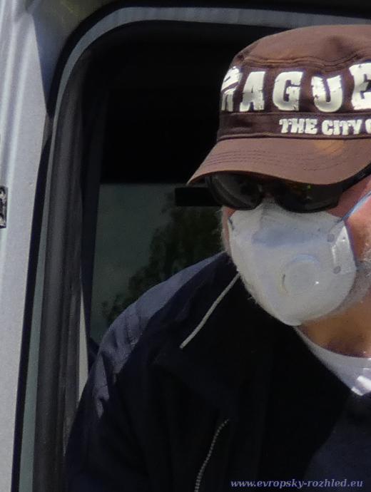 Někteří zaměstnanci skrývali svou tvář.