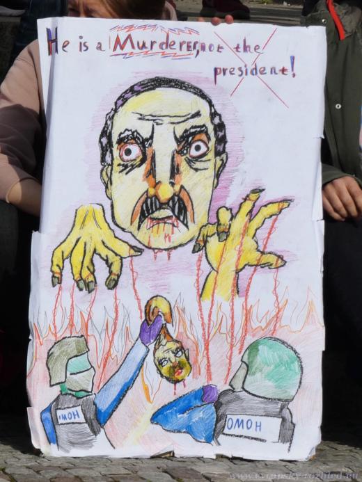Je to vrah, ne prezident, hlásá ručně malovaný transparent.