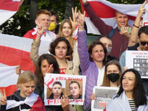 Detail na skupinku demonstrantů během závěrečného fotografování.