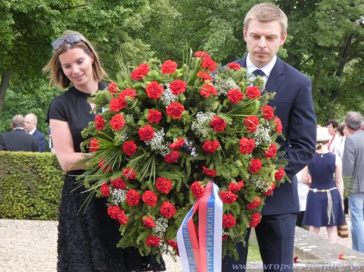Na konec průvodu se u hromadného hrobu zavražděných lidických můžu zařadil ruský diplomat. Věnec mu pomáhala nést žena z Památníku Lidice.
