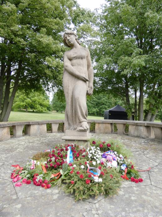 Lidická žena s růží