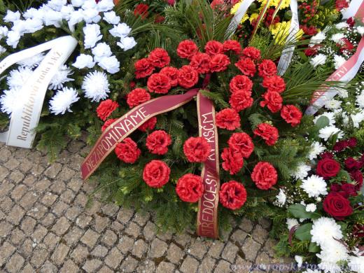 Pro převahu komunistů byly na každém kroku vidět věnce a kytice KSČM, ale i Levicového klubu žen.