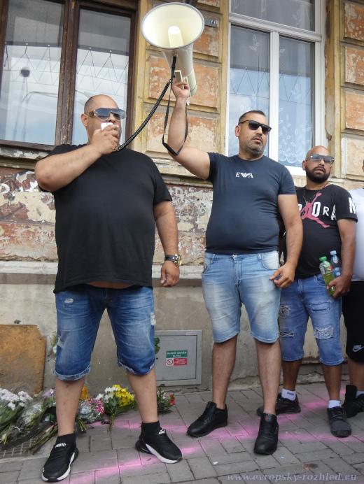 Romové, kteří moderovali shromáždění.