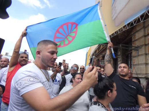 S sebou měli několik romských vlajek.