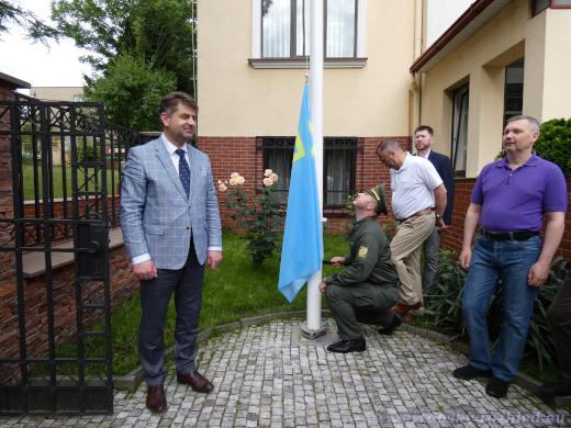 Vztyčování krymskotatarské vlajky u Velvyslanectví Ukrajiny v Praze ze přítomnosti velvyslance Jevhena Perebejnyse.