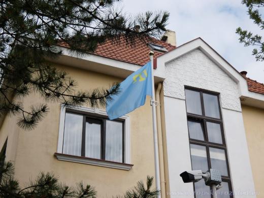 Vztyčená krymskotatarská vlajka.