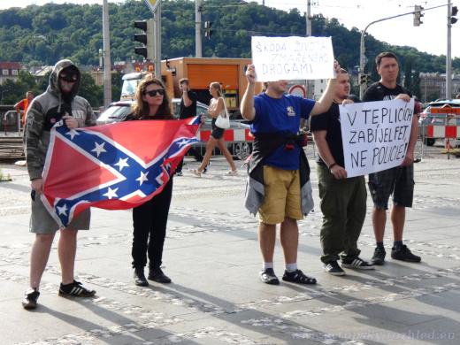 Přišli s konfederační vlajkou.